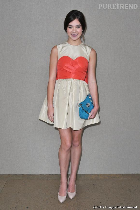 Égérie Miu Miu, Hailee Steinfeld s'est montrée exemplaire pour le défilé de la marque.