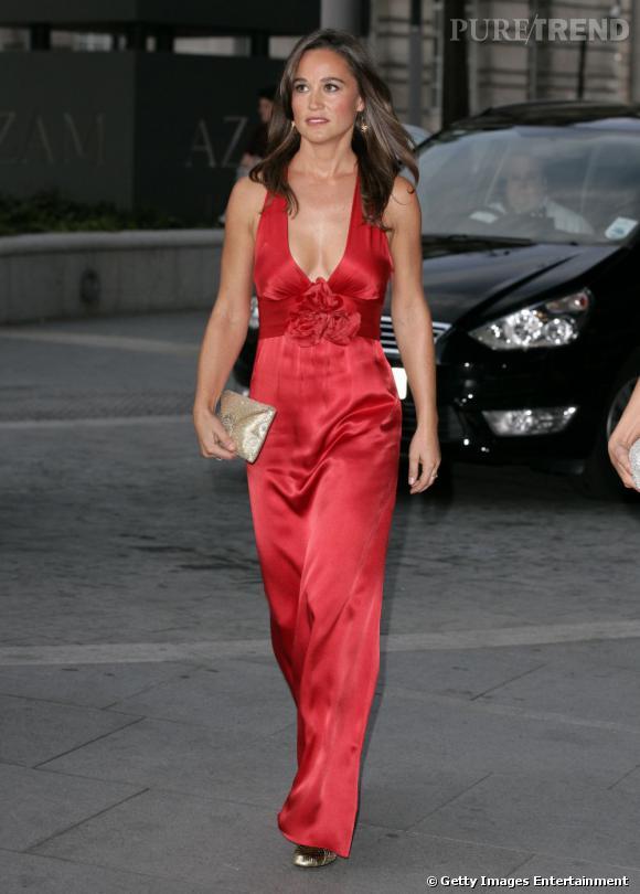 Pippa Middleton, super sexy en robe échancrée rouge, a fait sensation.
