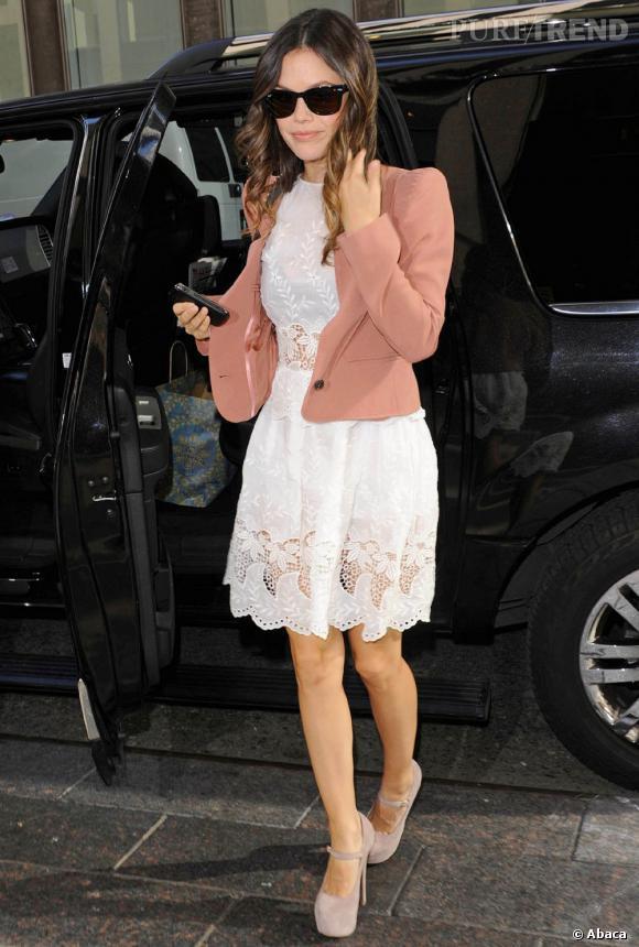 Rachel Bilson en robe Suno structure son look à l'aide d'une veste Vanessa Bruno. Une tenue digne d'une citadine super sexy.