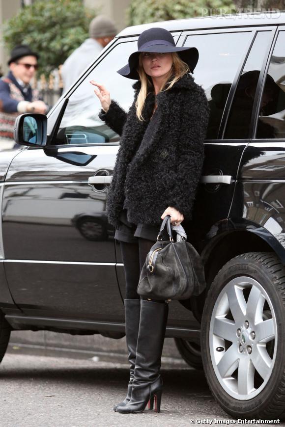 Femme à chapeaux, Kate Moss craque pour la capeline d'hiver.