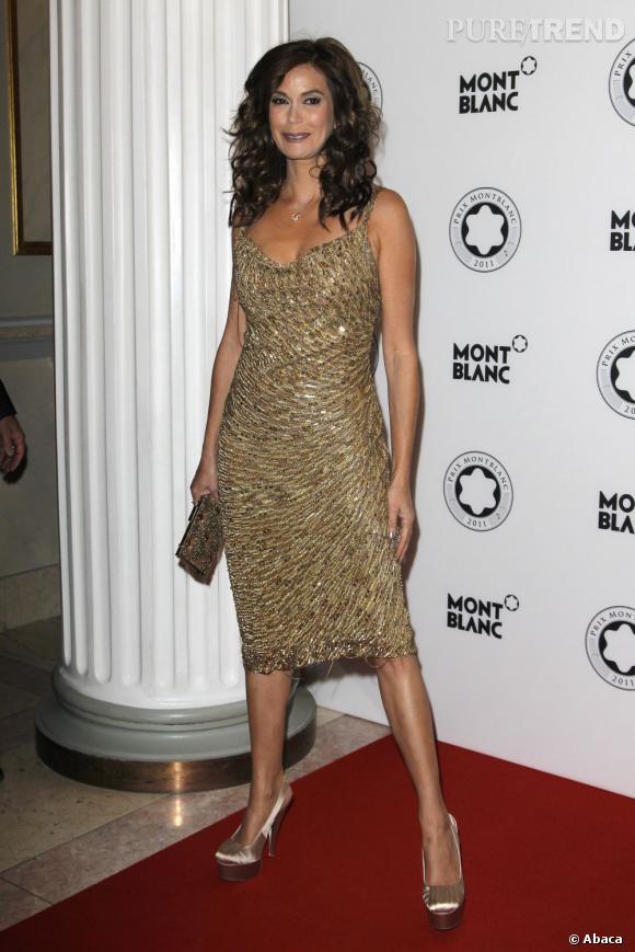 L'actrice se juche sur des escarpins qui ne s'harmonisent pas avec l'ensemble de sa tenue.