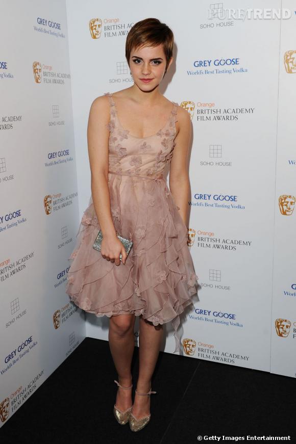 Emma Watson, divine, mise sur le rose poudré en Valentino pour faire mouche aux soirées.