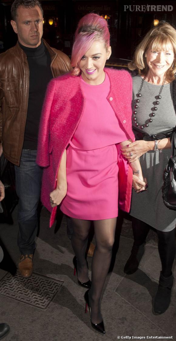 Un total look rose pour Katy Perry, jusqu'au bout des cheveux !