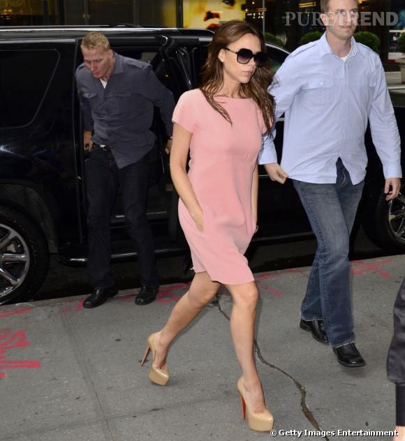 Victoria Beckham version rose poudré dans une robe de sa propre création.