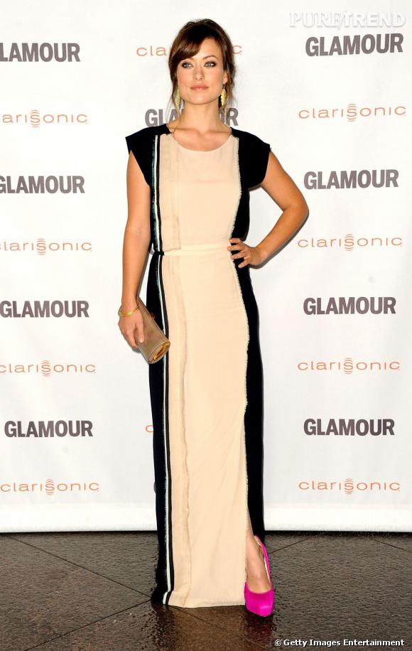 La divine Olivia Wilde se juche sur des escarpins fuchsia Brian Atwood pour sublimer sa tenue.