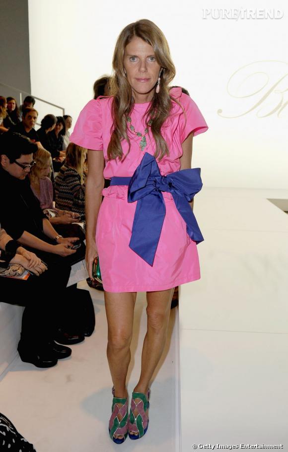 Anna Dello Russo en robe rose Nina Ricci apporte sa propre touche funky en y ajoutant un noeud bleu oversize.