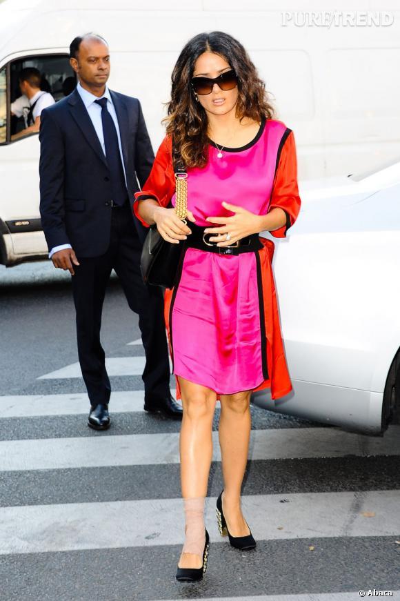 Lors de la Fashion Week, Salma Hayek était superbe en rose et rouge.