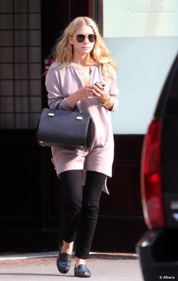 Ashley Olsen porte à la perfection un petit pull molletonné rose pâle.