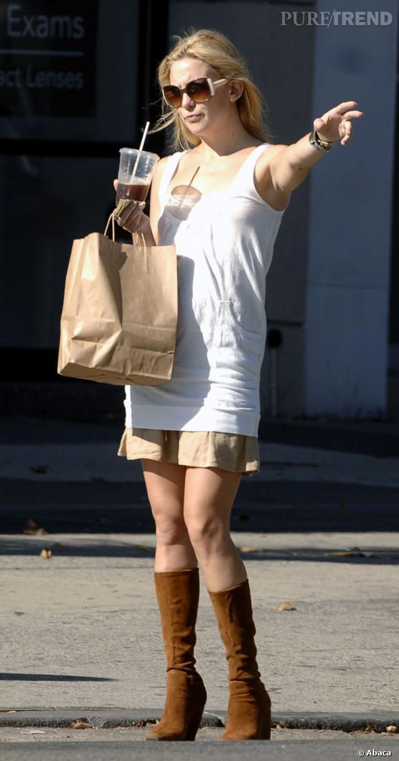 Kate Hudson superpose bizarrement ses vêtements, et choisit des bottes pas franchement mode.    Verdict  : non, on ne s'arrêtera pas, non.