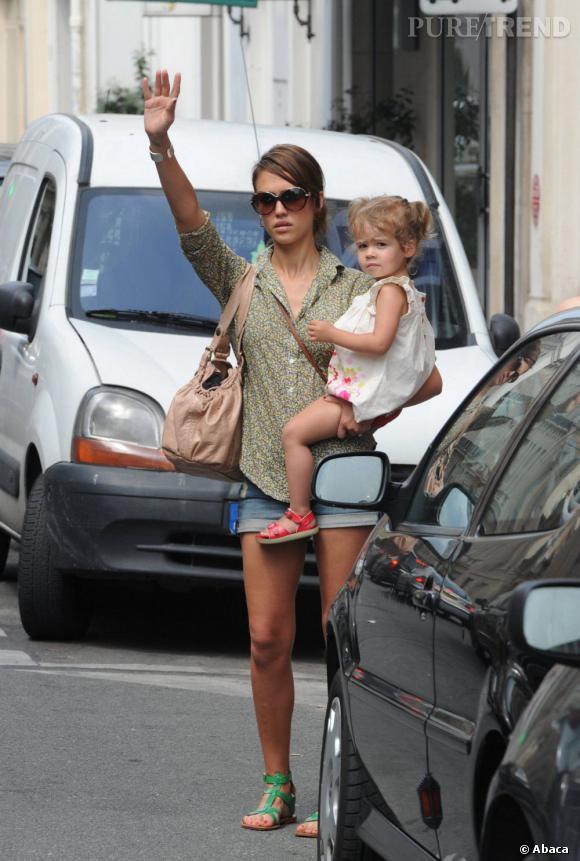 Mini short, chemise liberty et sandales fluo... Lorsque Jessica Alba cherche un taxi à Paris, elle mise sur le style !       Verdict :  Évidemment, on s'arrête pour la faire monter.