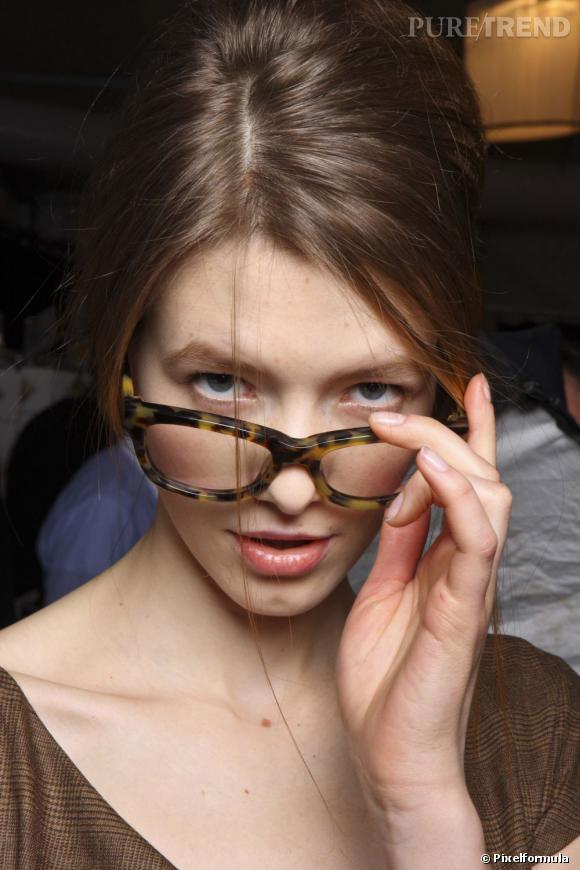 Avec nos conseils maquillage, les yeux ne se cachent plus derrière vos lunettes et s'affirment pour un regard éclatant.