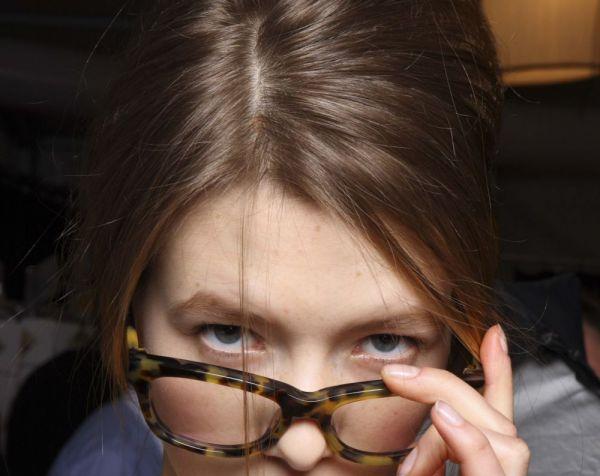 c65056f2ff2dfa Avec nos conseils maquillage, les yeux ne se cachent plus derrière vos  lunettes et s