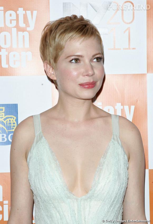 """Michelle Williams se met carrément dans la peau de la blonde légendaire dans le film """"My Week With Marilyn"""". Sur le red carpet, elle joue les prolongation dans cette robe au décolleté vertigineux."""