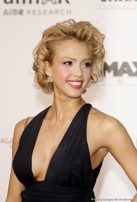 Jessica Alba ose la robe Marilyn en version dark. C'est pas mal, mais en ce qui concerne la coiffure... no comment.