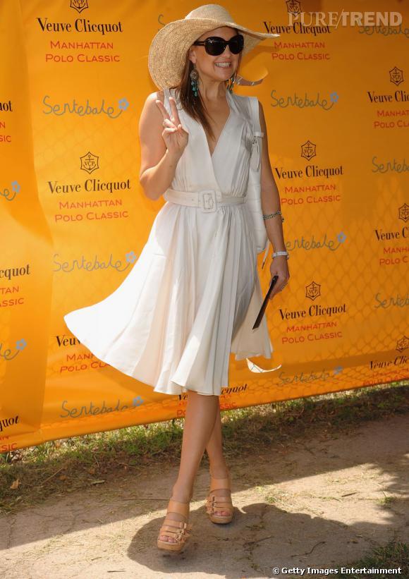 """Kate Hudson fait voler sa petite robe blanche. Elle rajoute des sandales et une capeline en paille pour un look """" Marilyn à la playa. """""""