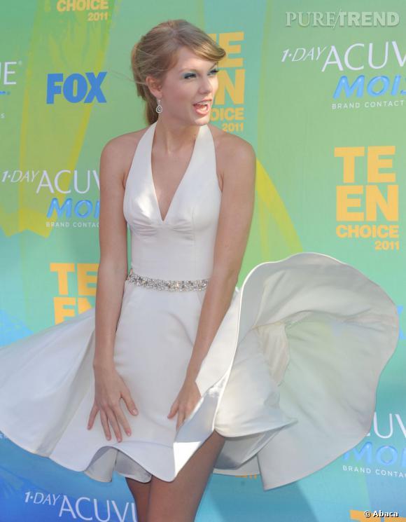 Taylor Swift, très premier degré, fait voler sa robe comme la blonde légendaire.