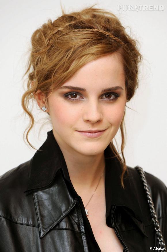 Du temps de ses cheveux longs, Emma Watson portait la natte version accessoire pour un serre-tête pas comme les autres.