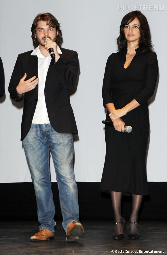Penelope Cruz porte une robe L'Wren Scott qui épaissit légèrement sa silhouette.