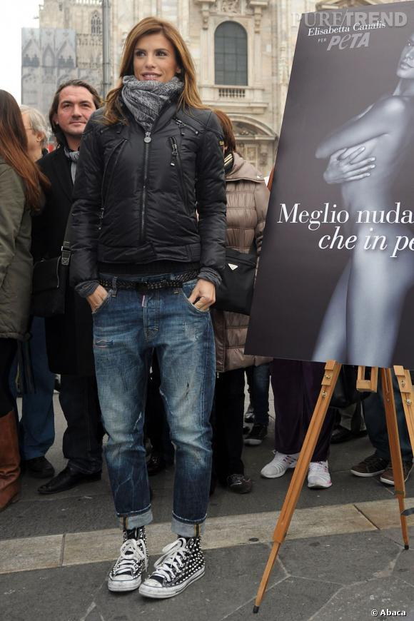 Elisabetta Canalis pose devant l'affiche de campagne de la Peta pour laquelle elle a posé nue.