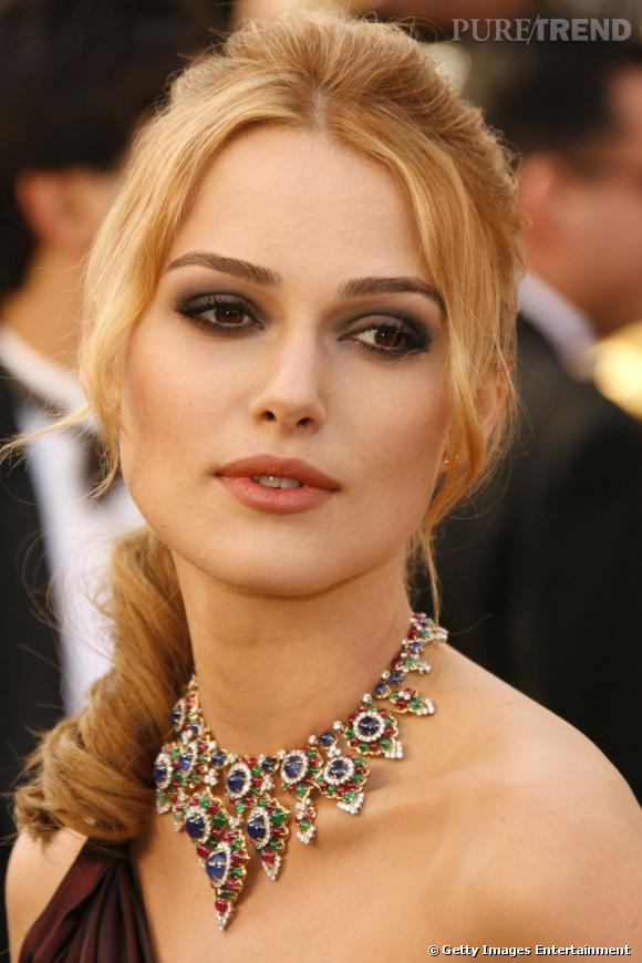 Plus belle blonde ou brune ?    Keira Knightley porte à merveille le blond qui illumine son teint de porcelaine.