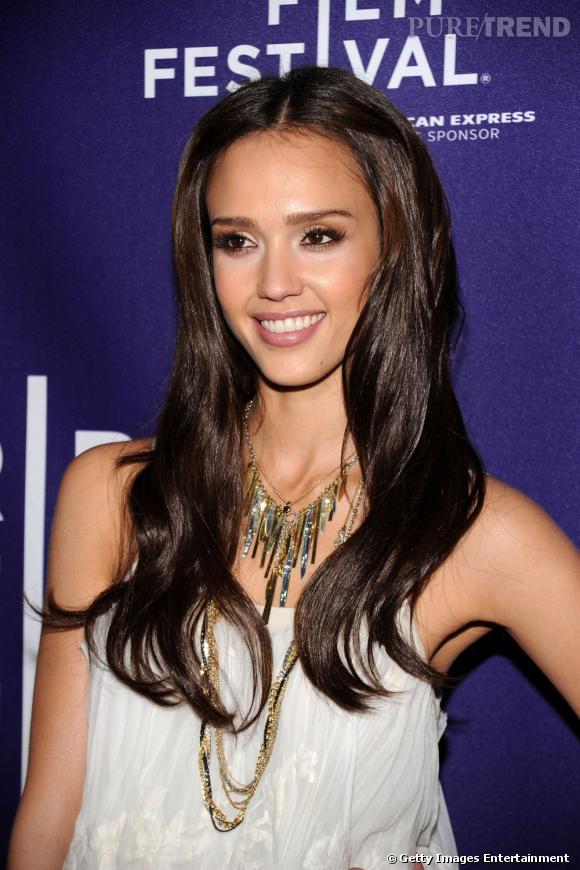 Plus belle blonde ou brune ?    Il n'y a pas à dire, l'actrice est bien plus caliente en brune.