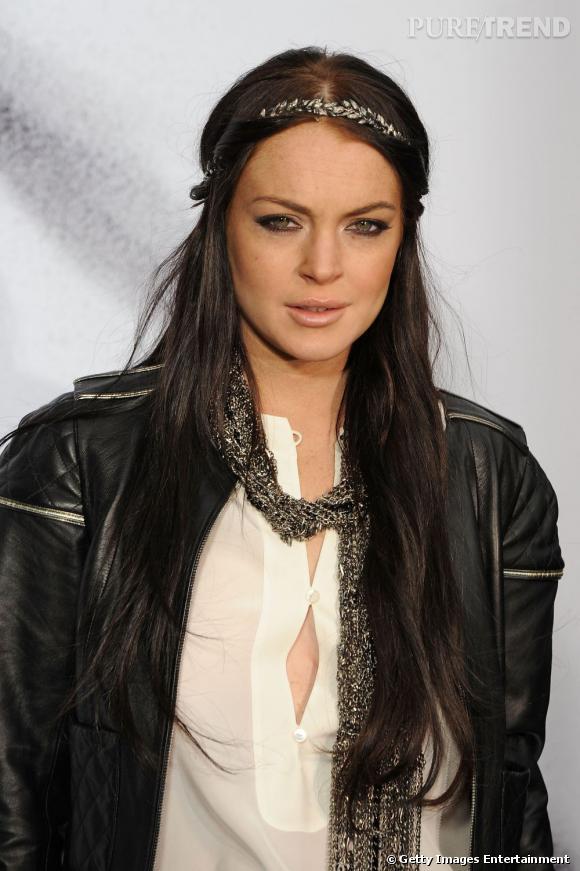 Plus belle blonde ou brune ?    Version brune, elle tente de copier le style de Nicole Richie, hairband sur la tête.