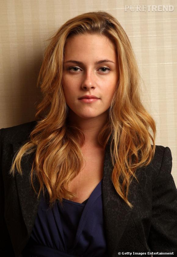 Plus belle blonde ou brune ?    Un beau jour, Kristen Stewart décide de teindre ses cheveux en blond. Le résultat : moins rebelle, plus glamour.