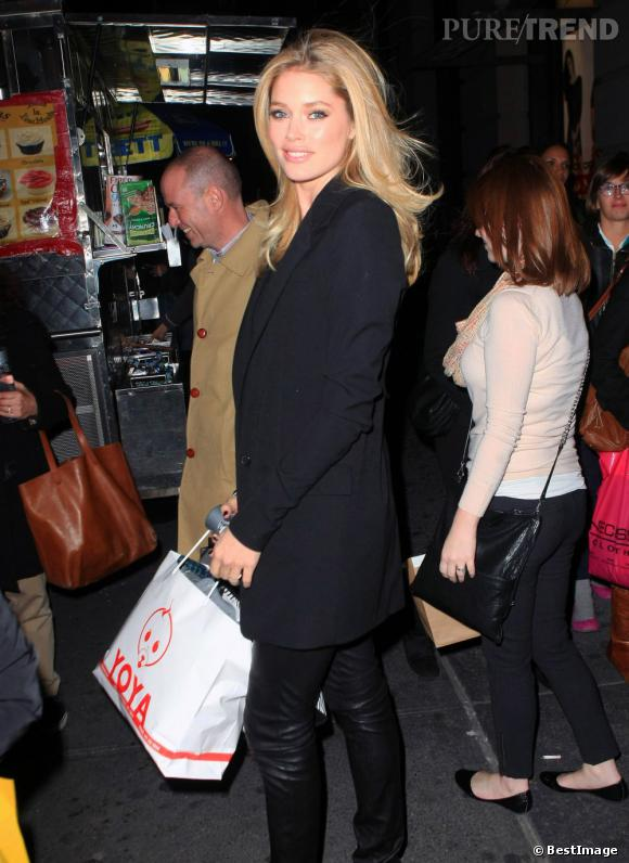 Doutzen Kroes fait du shopping à New York.