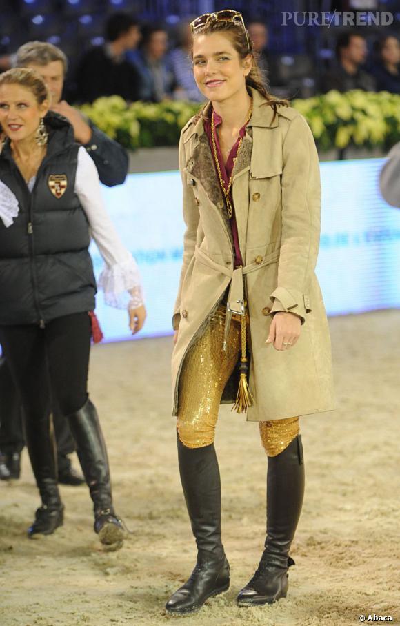 Charlotte Casiraghi en pantalon rebrodés de sequins dorés, super mode et décalée.