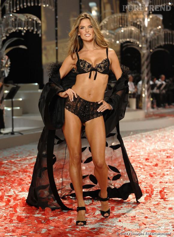 La brune incendiaire est mannequin pour la marque Victoria's Secret depuis 2004.