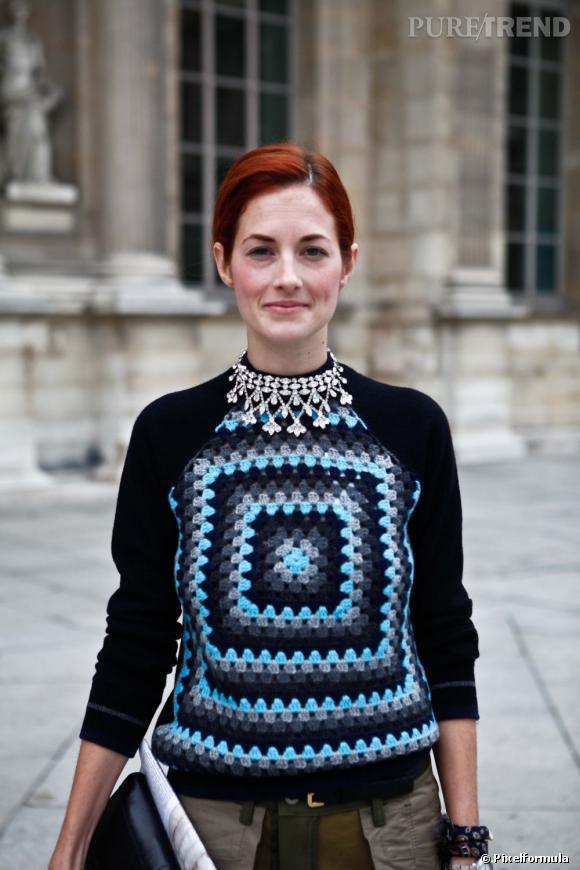 Taylor Tomasi prouve que le pull tricoté n'a rien de désuet, surtout s'il est habillé d'un motif graphique et coloré.