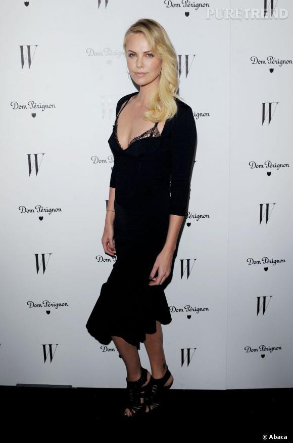 Charlize Theron très sexy dans sa robe Alexander McQueen.