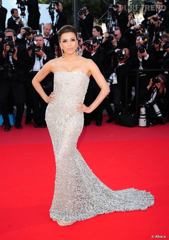 Pour faire sensation au Festival de Cannes, Eva Longoria moule son corps de rêve dans une création Naeem Khan de la collection Automne-Hiver 2009/2010.
