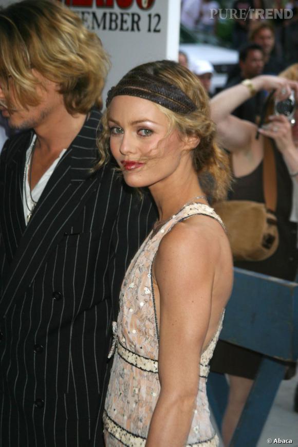 Chignon bohème et headband en 2003. Vanessa Paradis laisse quelques mèches dans le vent pour une coiffure encore plus aérienne.