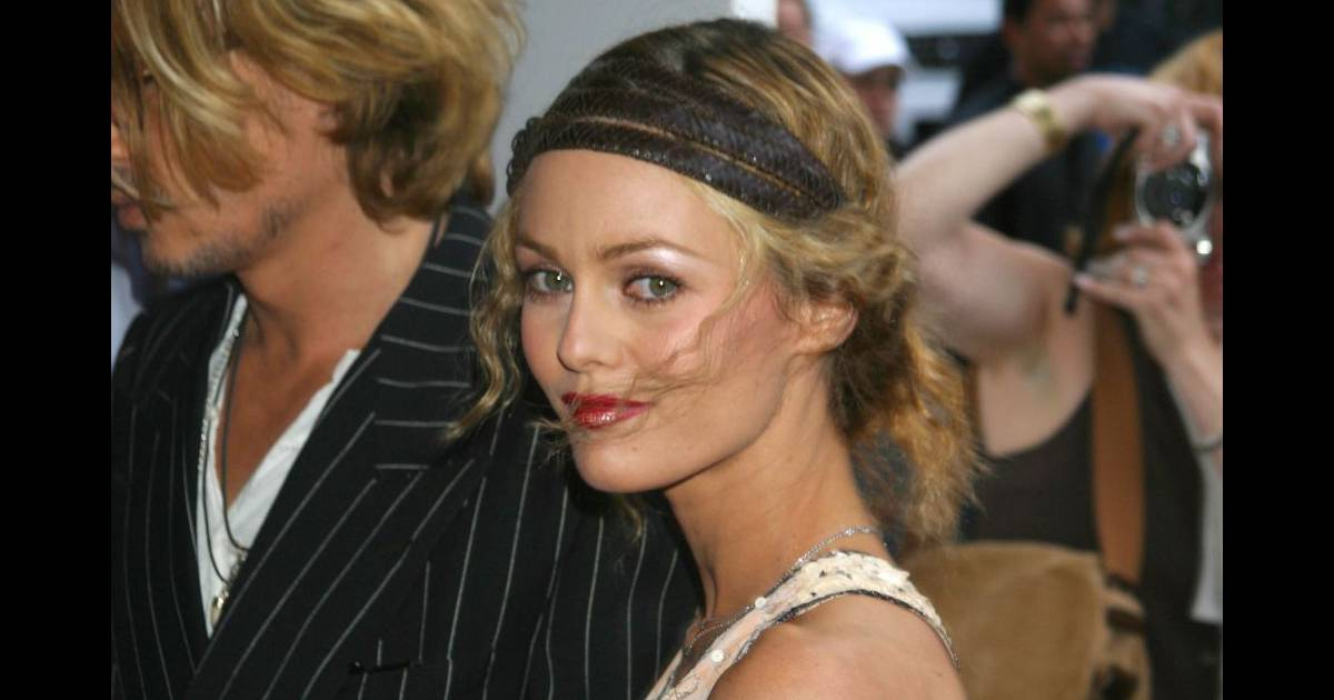 chignon boh me et headband en 2003 vanessa paradis laisse quelques m ches dans le vent pour une. Black Bedroom Furniture Sets. Home Design Ideas