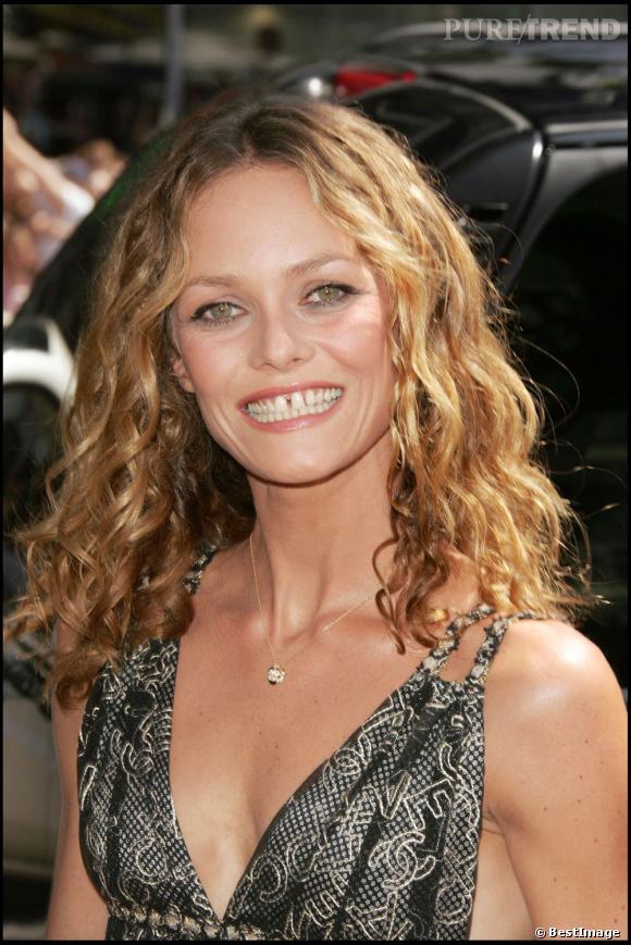 En 2005, Vanessa Paradis nous montre son plus beau sourire pour accentuer ses belles boucles tannées par le soleil.