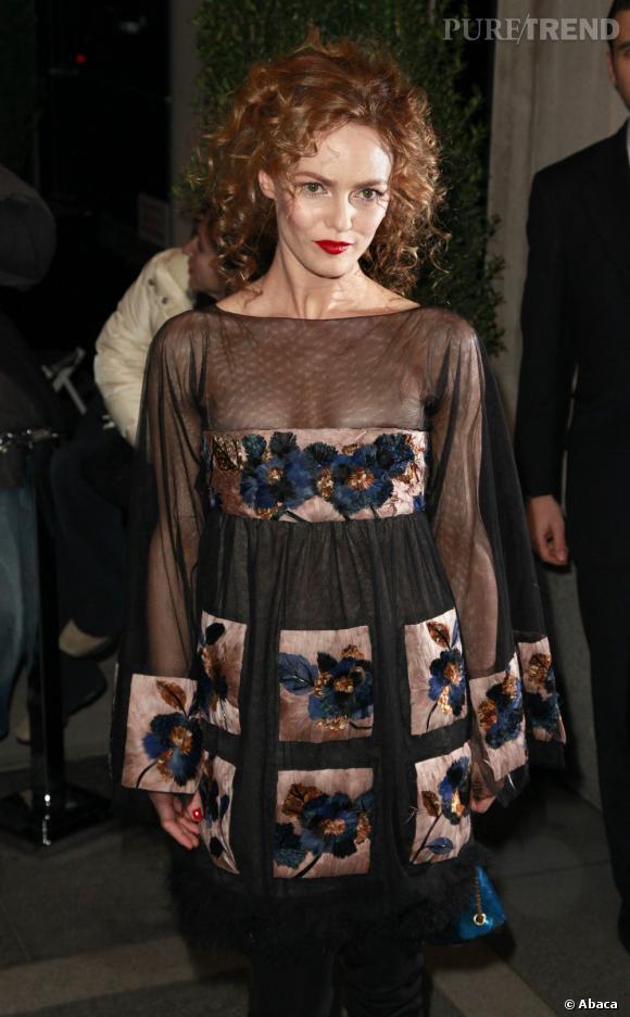 En 2010, Vanessa Paradis frôle le beauty faux pas avec cette coiffure. Son chignon est trop volumineux et sa couleur tirant vers le roux ne lui ressemble pas.