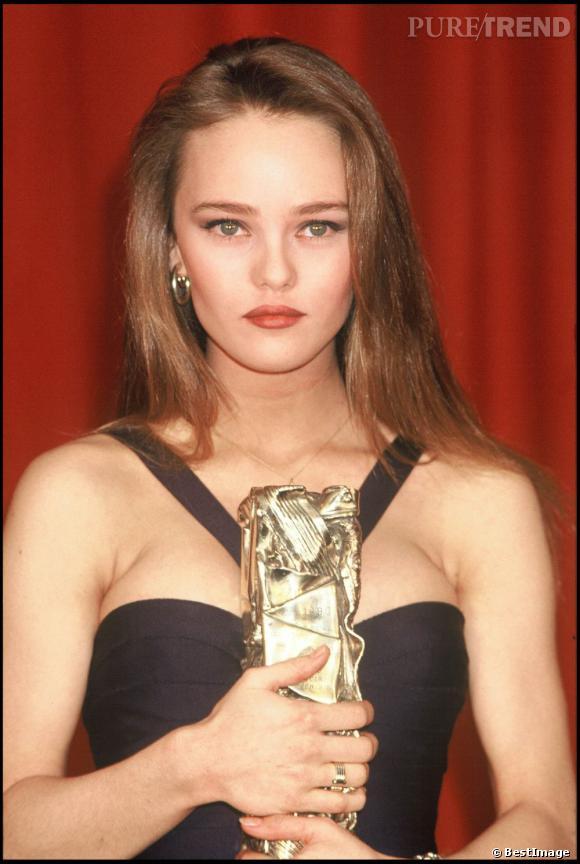 Pour recevoir son César de meilleur espoir féminin en 1990, elle garde ses cheveux longs et lisses pour un côté baby doll.