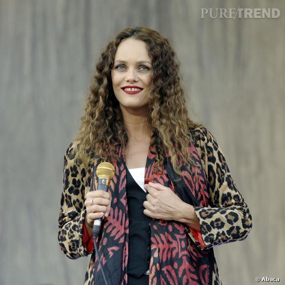 Boucles presque crantées, pointes plus claires, veste léopard, Vanessa Paradis assure le show capillaire aux Vieilles Charues de 2008.