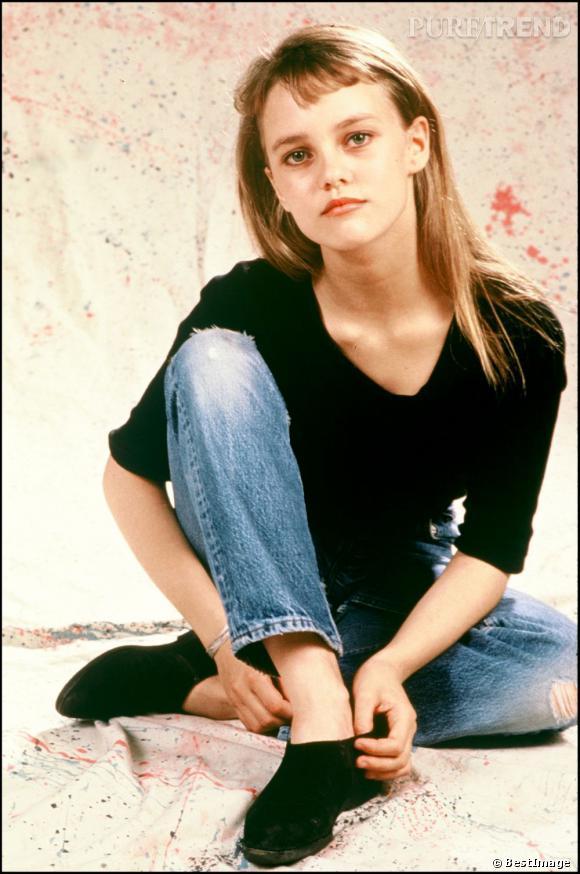 En 1989, Vanessa Paradis a les cheveux lisses et une baby frange.