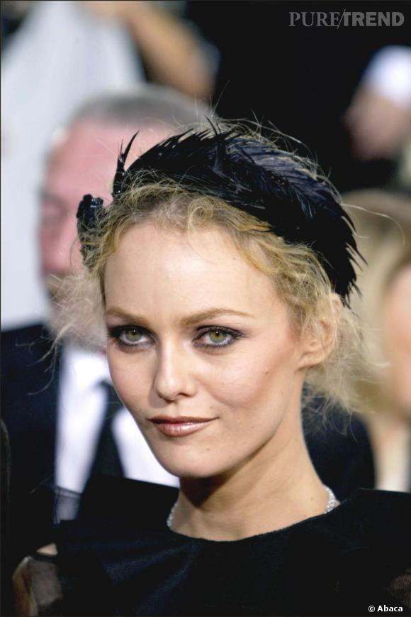 C'est dans un esprit très Black Swan que Vanessa Paradis orne son chignon et ses cheveux eparpillés d'un bandeau de plumes aux Golden Globes de 2004.