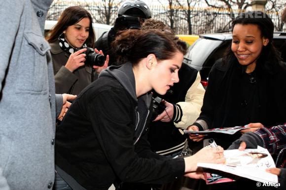 La jeune femme prend tout de même le temps de signer quelques autographes.