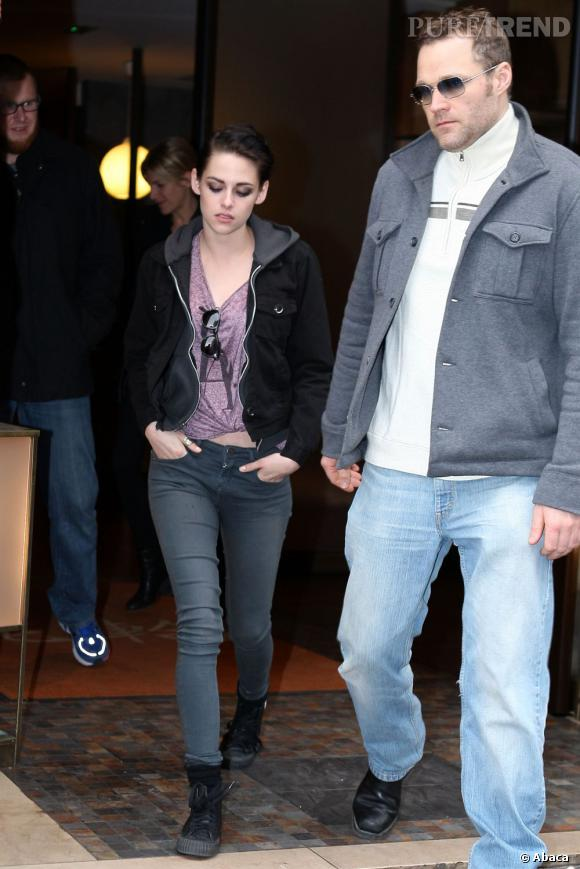 La jeune femme s'affiche toujours aussi grunge avec un t-shirt délavé noué à la taille et un skinny.