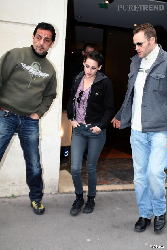 Toujours maquillée pour son shooting, Kristen Stewart renoue vite avec ses habitudes vestimentaires.