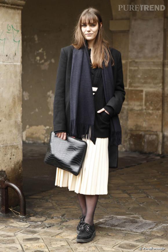 Le blazer noir oversize de mi-saison peut aussi jouer les prolongations, porté avec une chaude écharpe en cachemire. L'idéal ? Tabler sur un total look bicolore, noir et blanc.