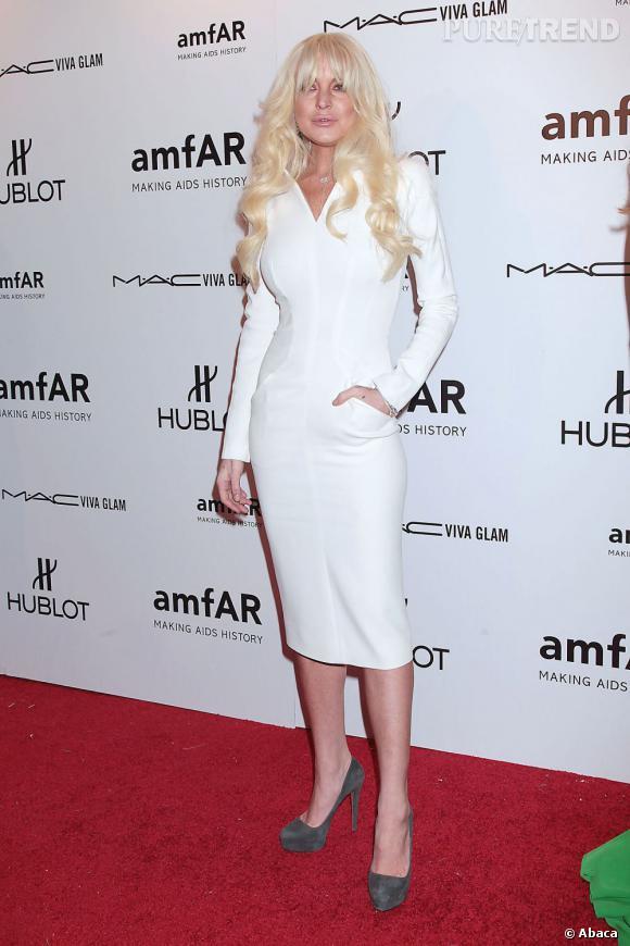 Lindsay Lohan fait de pire en pire. Cette fois-ci, ce n'est pas son look qui cloche mais plutôt sa coiffure et son maquillage.