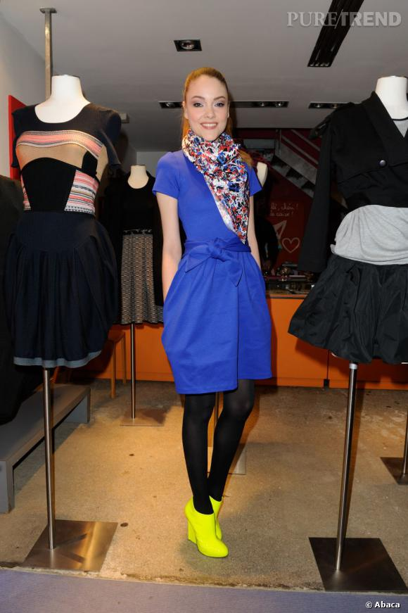 Avec sa robe et ses accessoires Rodier, Solweig Rediger-Lizlow s'amuse d'un look color-block.