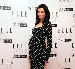 Un ventre rond, une robe à pois, Sophie Ellis BExtor mise sur un look tout en rondeur.