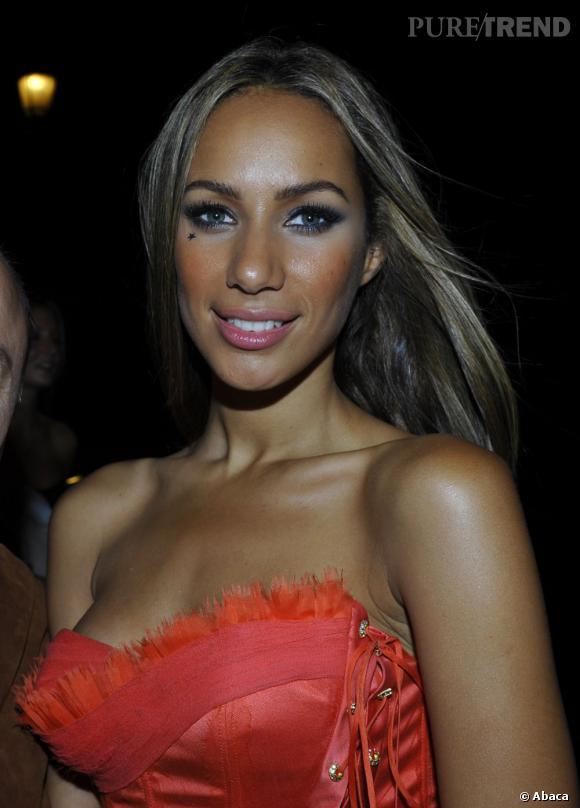 Leona Lewis a forcé sur l'anti-cernes sable teinte 01 alors qu'elle est davantage un 03.