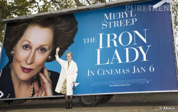 """La meilleure photo promo : pour son dernier film """"La Dame de fer"""", Meryl Streep pose devant une immense affiche. La classe."""